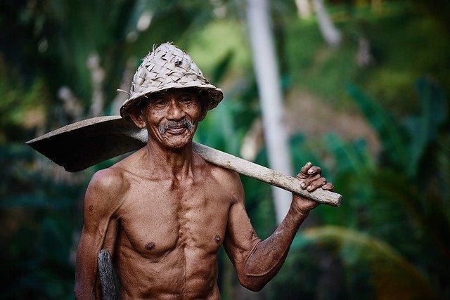 Vieillir heureux : vieil homme à la pelle